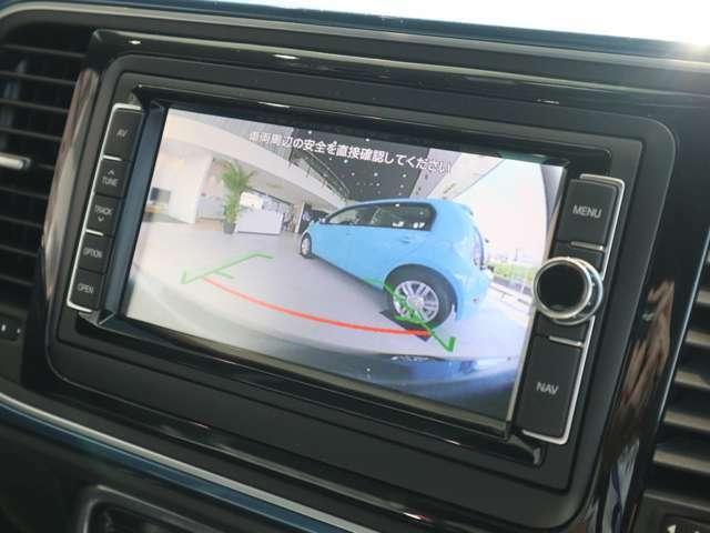 エンブレムカメラの鮮明な映像がガイドラインと共にバック時に画面に表示されるので駐車も安心です。