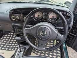後期型ミニライト標準ステアリングにブラックウッドのメーターパネル&オーディオパネルが標準車両です お客様からのリクエストで茶色いウッドパネルの装着もオプションで変更できます ウッドのステアリングも人気