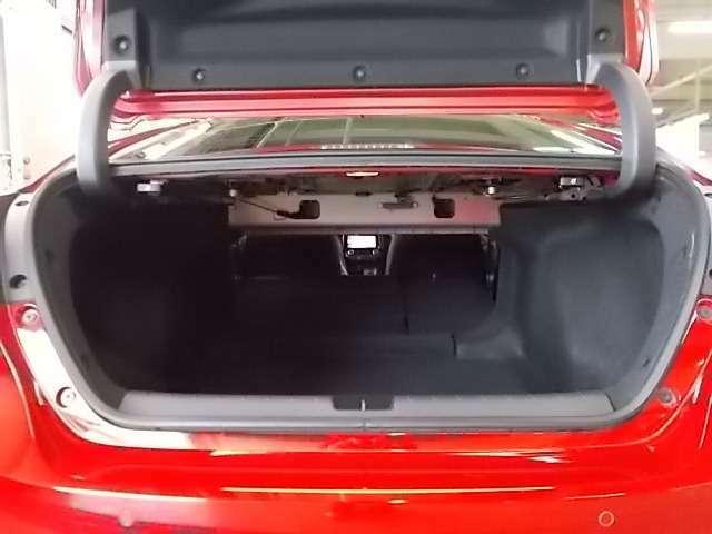 ゴルフバッグが4個1積める、奥行・幅ともにゆとりあふれる519Lの大容量。凹凸が少なく開口部も大きいため、荷物の出し入れも簡単です。