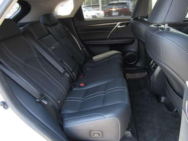 バージョンLには電動リクライニング&電動格納機能付き後席パワーシートを標準装備。更には後席シートヒーターも装備され、前席後席共にレクサスならではの快適な居住空間を演出しております。