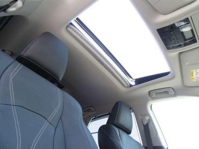 電動チルトアップ機能付スライディングガラスサンルーフは、太陽の光を燦燦と取り込み、雨天時でもチルト機能により雨が入らずに中の空気を外に放出することが出来ます。VerL専用ルーフライニングも装備。