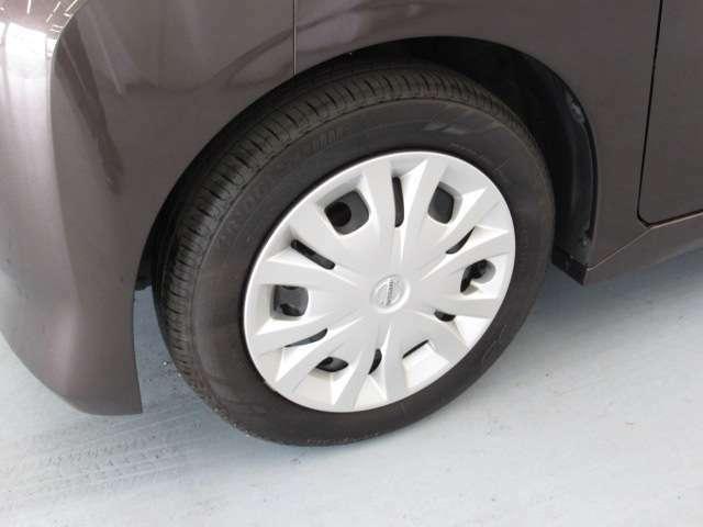 タイヤの目もかなり残っています。中古車をみるときにタイヤの状態のチェックは重要なポイントですよ!