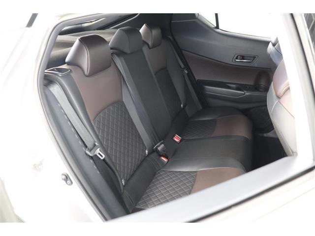 後席空間もしっかり確保!パッド厚を追求した座り心地の良いリヤシート。6:4分割可倒式を採用し、シート肩口のレバー操作で、荷室の拡大も可能です♪
