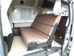 セカンドシートは長椅子 前後スライド可能 リクライニング調整可能