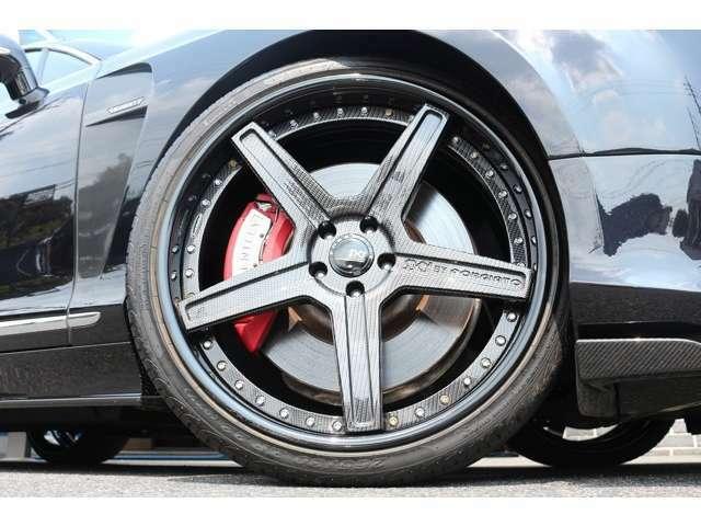 SKY FORGED S201 22インチを装着!カラーは、ブラック&カーボンで、車両全体のカラーバランスを取っています!タイヤサイズは、Fr265/30ZR22 Rr295/25ZR22となります!