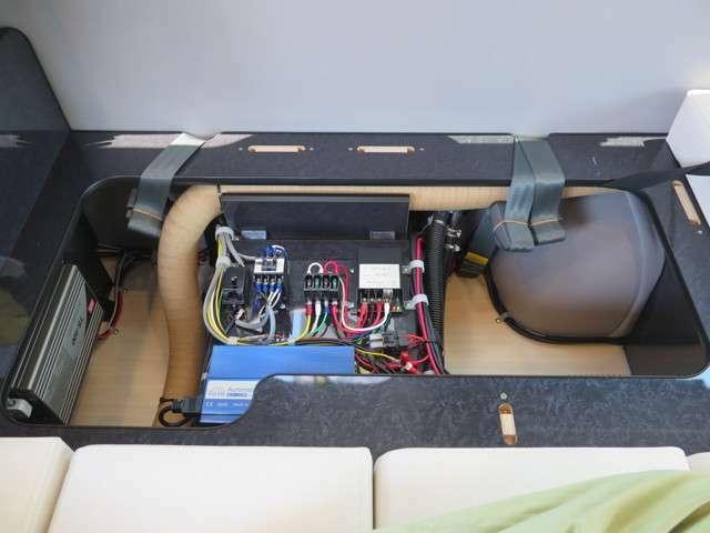 走行充電、外部充電、400Wインバーター、サブバッテリーが装備されております!