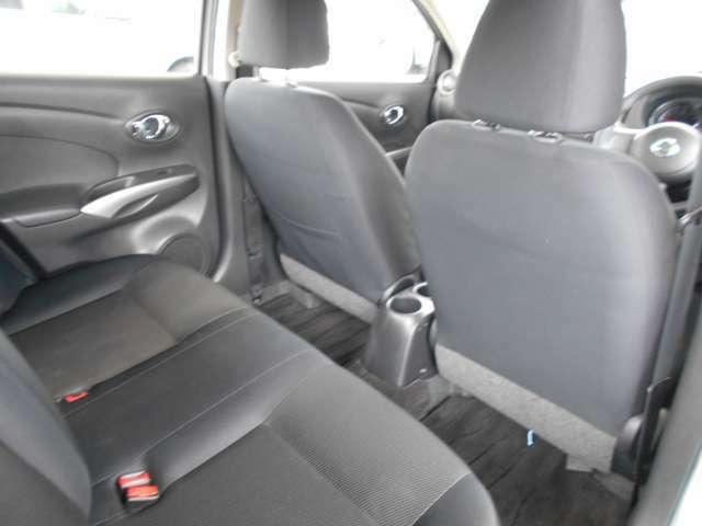 【後部座席】後部座席も広々としてます。意外にゆとりを持って座れるので、移動中も疲れることなく移動できます!後部座席も当然、綺麗・清潔に仕上げております。