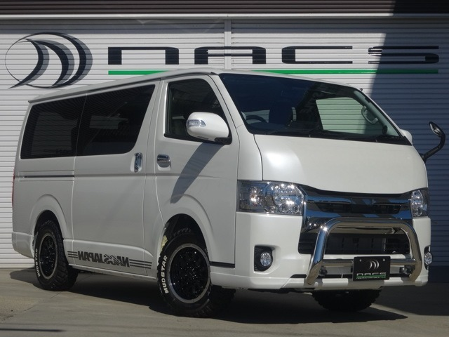 NACS名古屋店新作デモカーとなります。オフロード仕上げのカスタマイズにインテリアはREVOシートを2脚使用した4ナンバー8人乗りのカスタマイズを行った一台となります。