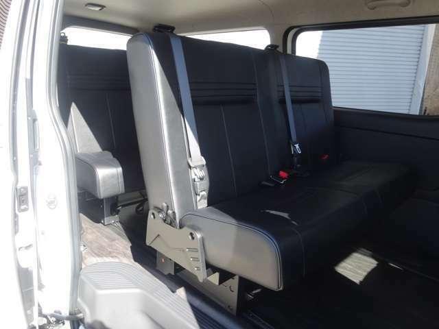 セカンドシート、サードシートは成形タイプのi-seatT-REVOシート1200幅を2脚装着して4ナンバー8人乗りとなります。フロアにはロングスライドレール埋め込みしておりますので前後にスライド可能