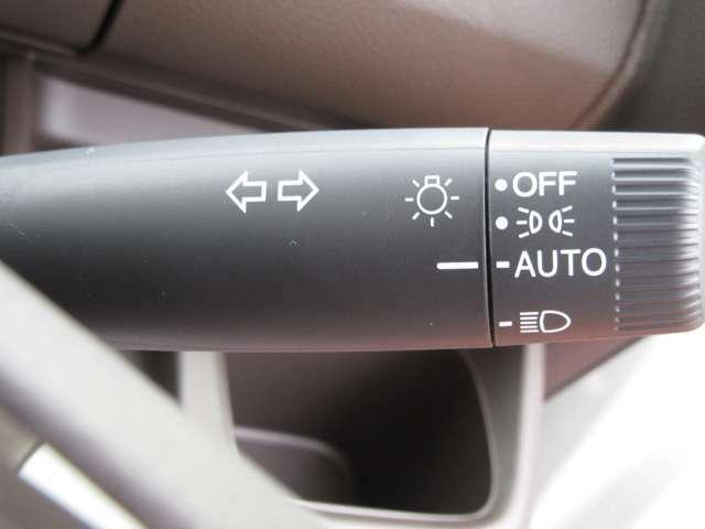 夜間やトンネルが多いところでのドライブ時に重宝するオートライト機能!外の明るさを感知して自動でライト点灯してくれます!