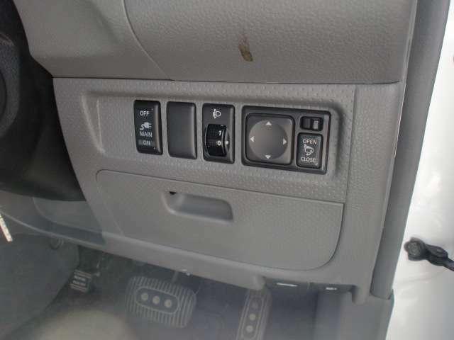 電動格納式ドアミラー付きです。