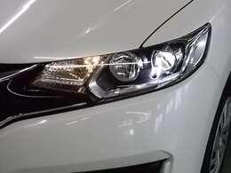 LEDヘッドライトが暗い夜道をドライブを明るくサポートします。