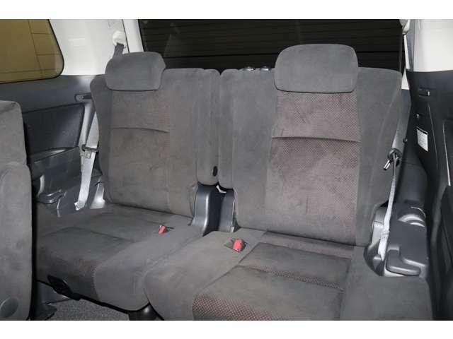 サードシートは3人掛けです。跳ね上げも可能です。