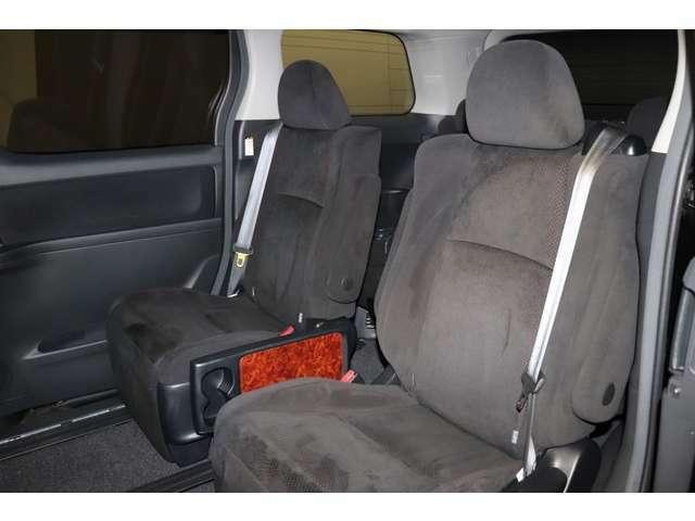 セカンドシートは2人掛け。キャプテンシートです。