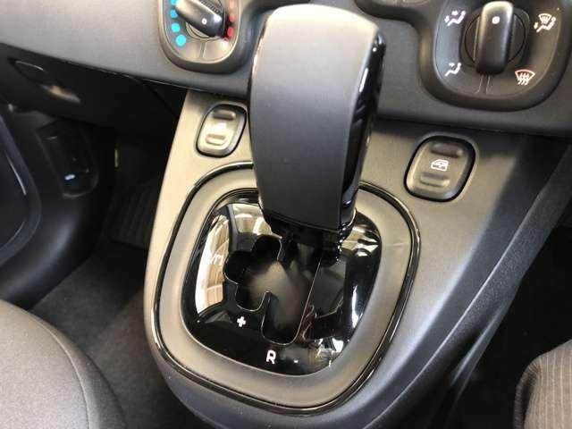 マニュアルモード付き5速デュアロジック!AT限定免許でも運転可能です。