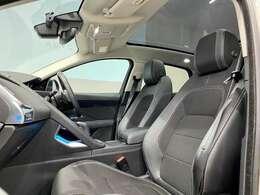 広い車内空間は大型サンルーフがあることによって更に開放感を与えてくれます。
