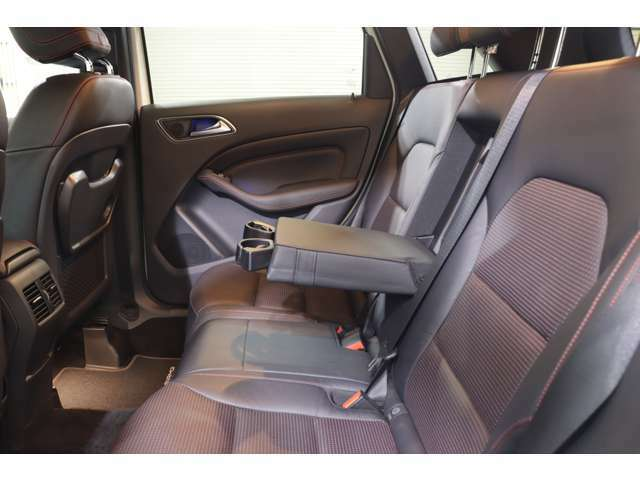 リアシートスペースは足元まで広々としており、快適にお乗り頂けます。後部座席テーブルやカップホルダー付きアームレストも御座います。