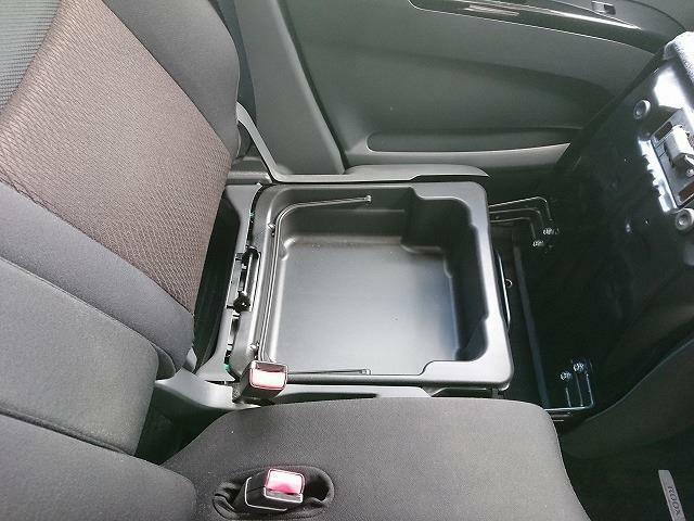 助手席のシートボックスもあり、収納に便利です!