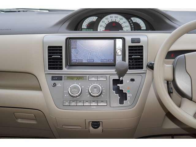 内装はベージュを基調としております。大変お洒落な雰囲気の車内でございます♪