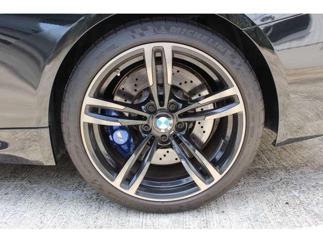 BMW M4 カブリオレ/コンバーチブルには、前後ともアダプティブ M サスペンションが搭載されています!