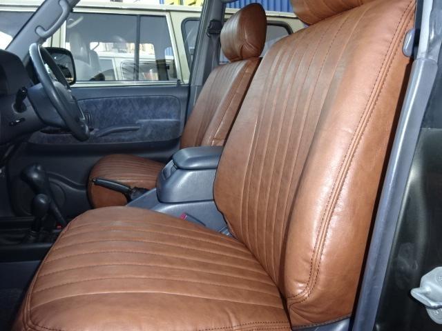 外装のカラーにも良く合うブラウンのシートカバーです。