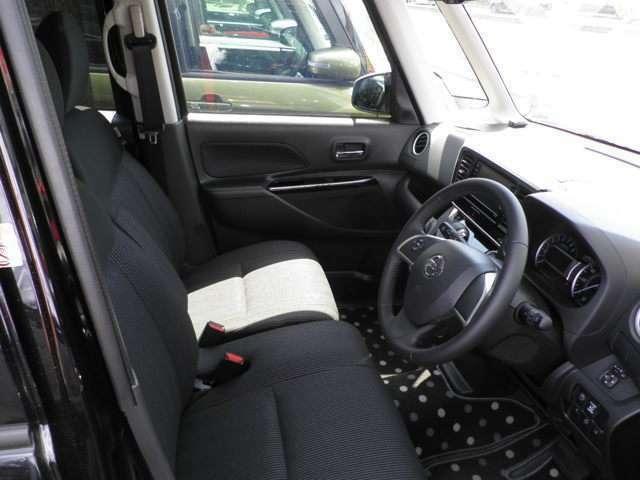 ベンチシートで足もとも広く使える運転席まわり。