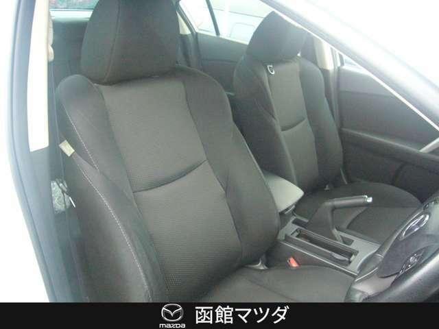 立体感があり、サポート性の高い形状のシートはシート中央部とサイド部をくっきりと分断したスポーツカーのようなデザインで「人馬一体」感を強く演出します。