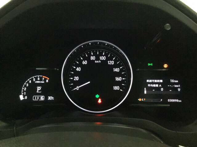 真ん中にスピードメーターを配した、見やすい3眼メーターになっています。右側のインフォメーション画面で燃費などの情報を確認できます。