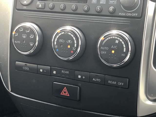 【オートエアコン】一度室温を設定すると、後はエアコンが風量や吹出し温度を、自動的にコントロールしてくれることです。細かい設定を毎回しなくても、エアコンにお任せで車内が快適温度になるということです。