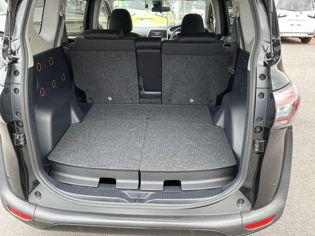 後部座席を倒せばより多くの荷物を載せれます。