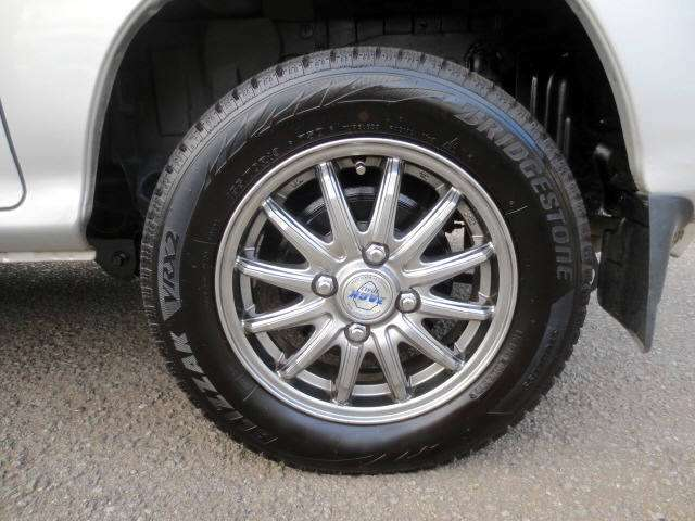 社外アルミホイールにスタッドレスタイヤが装着されてます(^o^)v 残山バッチリでゴム質も柔らかい状態です