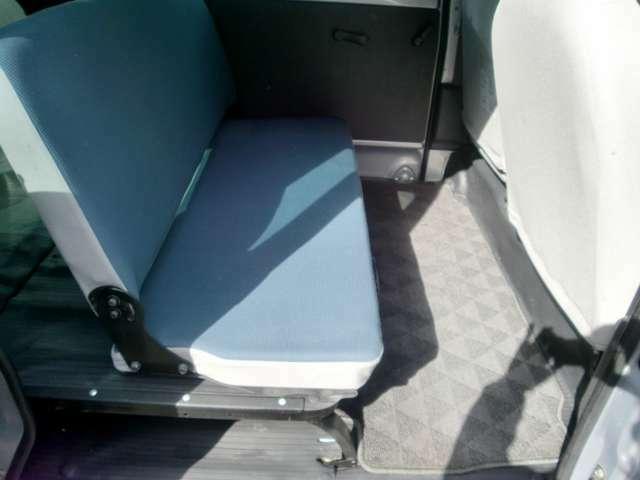 広々とした後席! 足元のスペースもゆったりしております☆ 長時間のドライブでも疲れにくいですよ♪