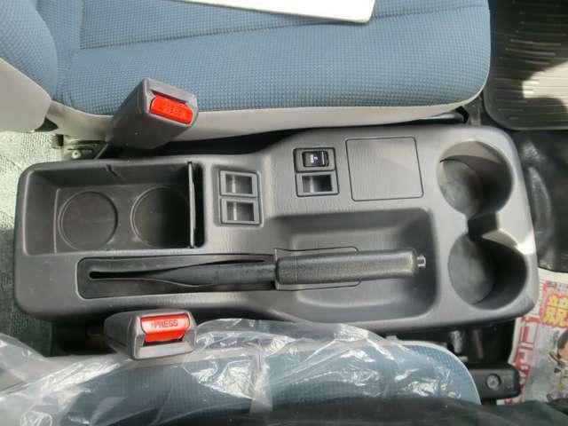 運転席のサイドには便利な小物入れが付いてます。