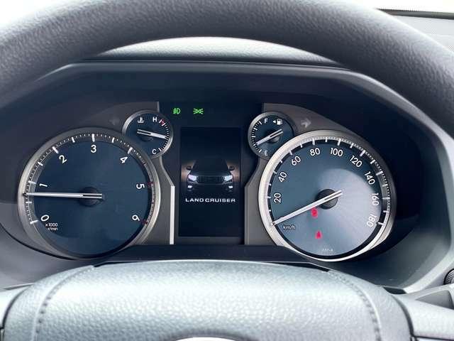 視認性の高いスピードメーターです。マルチインフォメーションディスプレイで燃費から安全装置の作動状況をご確認いただけます。