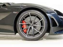 レッドキャリパーにサテンダイヤモンドカット10スポークスーパーライトウエイト鍛造ホイール。