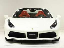 外装色はBinacoAvus(ソリッド・ホワイト)に内装はRossoの組み合わせでございます。新車オーダーでも人気の高い組み合わせで、もはや定番の一つとなっております。