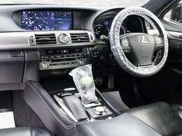 ■使いやすさや安全性を追求したステアリング周り!高級車ゆえにスイッチ類が多いのも特徴ですね!考え尽くされた配置ですぐに使いこなす事が出来ますのでご安心下さい!是非、体感してみて下さい!!