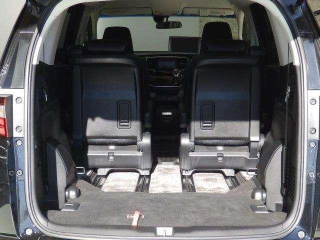 3列目シートは簡単に床下に収納できるので、大容量の荷室を作ることができますよ