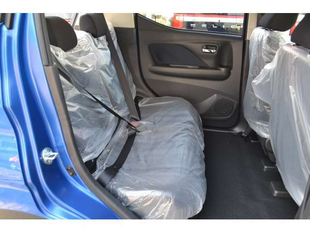 リヤシートも広々としたニールームを確保。大人が足を組める余裕のスペース