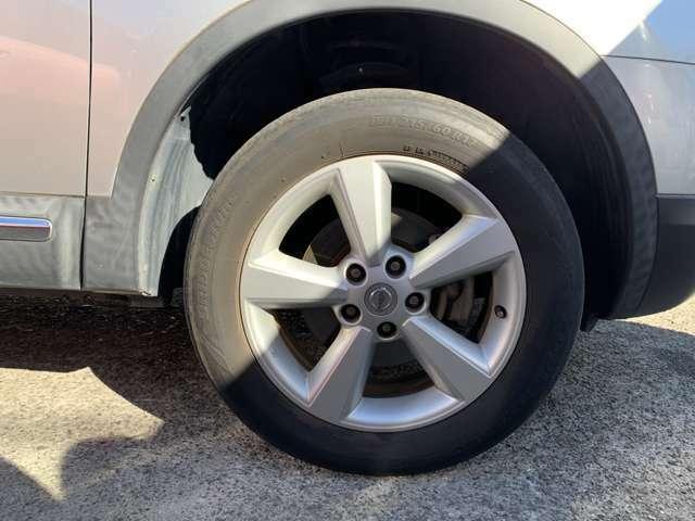 純正17インチAWにノーマルタイヤをはいており、タイヤサイズは215/60R17です。 タイヤ山はリアがおおよそ各3分山程度、フロントは少なくなってきておりましたので、5分山程度の中古タイヤに交換済み