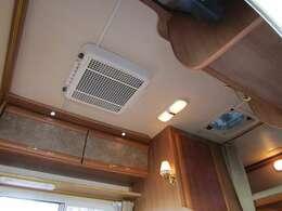 天井にはルーフエアコンとルーフベント完備です♪
