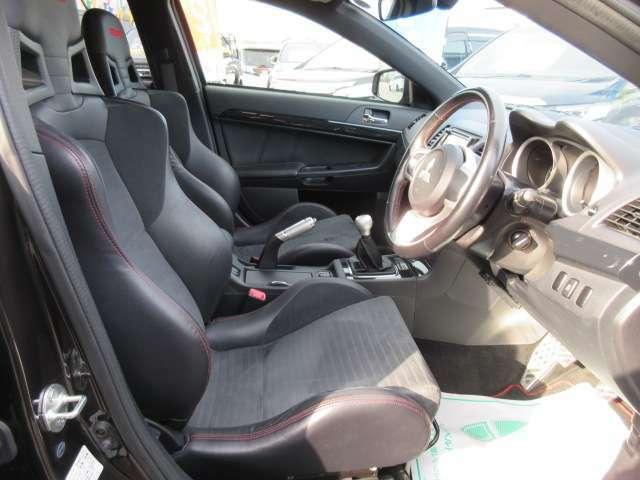 専用インテリア&スポーツシート♪ 専用シートはホールド性もよく、車のポテンシャルを引き出してくれます♪