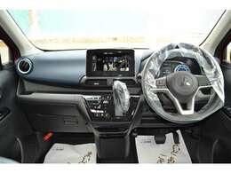 見開き角が広く、運転席から見やすい。キーオペレーションシステム&エンジンスイッチ。