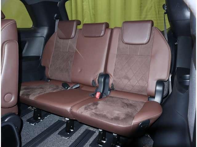 後ろのシートは電動格納できます。