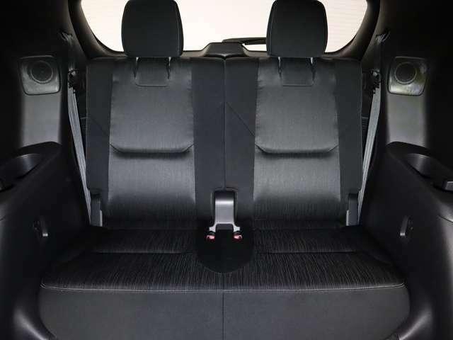 3列目シートも後部座席の膝まわりや足元にゆとりのスペースを確保。週末の遠出の際にも、ゆったりとした姿勢で快適に過ごせます。