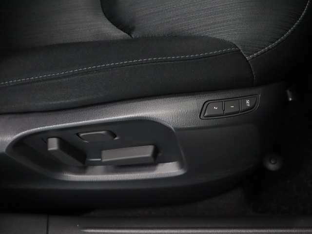 運転席はパワーシートになっており細かな調整がラクラク。運転席・助手席ともシートヒーターを装備!