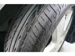 タイヤの溝もヤマあります。