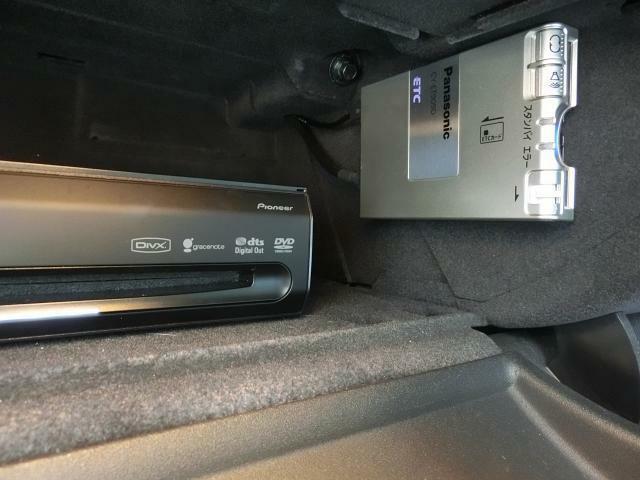 グローブボックス内には、ナビユニットとETCを設置。DVDやCDの交換も容易に行えます。