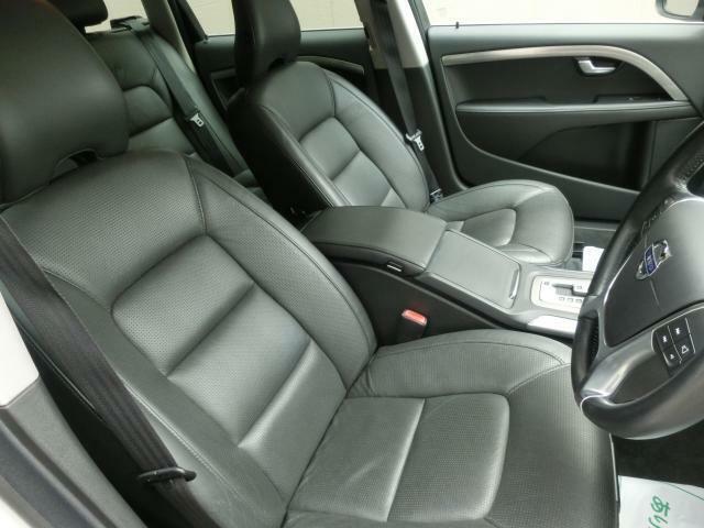 電動レザーシートは両席シートヒータにこの季節には必須装備のベンチレーション機能装備で快適です。
