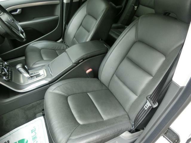 助手席も電動シートにヒーター・ベンチレーション機能を装備。